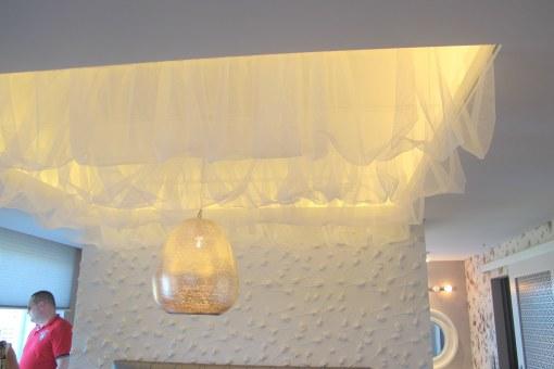 Ylellinen sängyn katos.