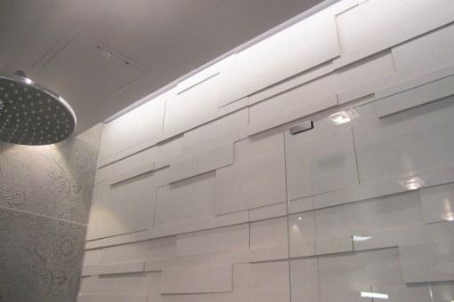 Pesuhuoneen seinä - epäsuora valaistus.